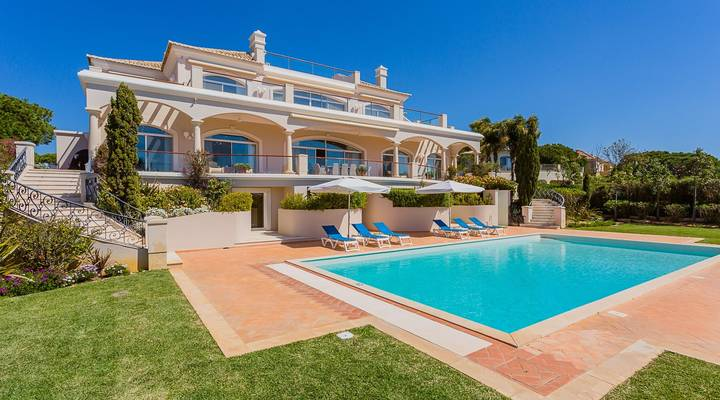 Charming villa in a superb front line plot
